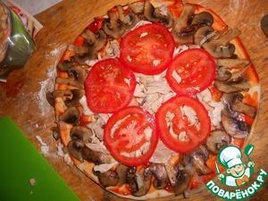 Выложить на пиццу кружочки помидоров.