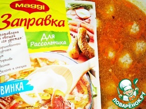 Open dressing for the Pickle of MAGGI® and add to the soup the entire bag. Taste for salt and add salt if necessary, as the filling of MAGGI® are already salted.