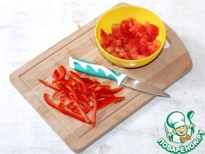 5. Then add sweet pepper, cut into strips. With tomatoes remove the skin, shred with a fork and add to the roast, simmer 2-3 minutes.