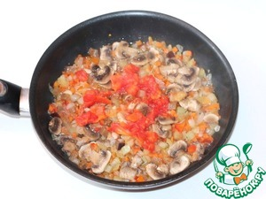 4. Add purified from the skin and finely chopped tomato. A vegetable stew is tomatoes, but fresh is better to add for flavor and for color.