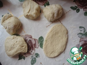 Divide the dough into 5 parts and each roll out, as in the photo.
