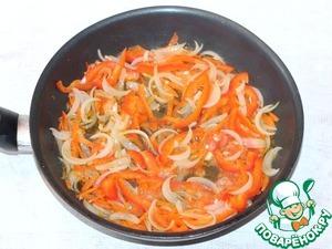 6. К пассеровке добавить порезанный соломкой сладкий перец и очищенный от шкурки, и мелко порезанный помидор. Тушить под крышкой от 2-3 минут.