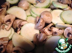 В большой сковороде разогреть растительное масло и обжарить кабачки с грибами на сильном огне в течение 5 минут, непрерывно помешивая.