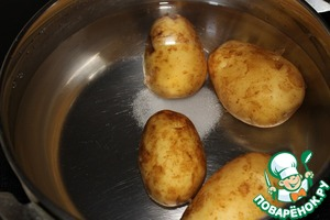 Potatoes cover with water, add salt and cook after boiling for 15 minutes. To get out of the pan and cool.