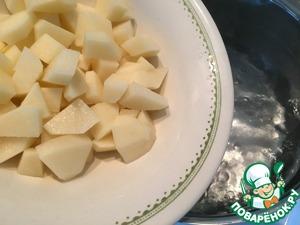 И так, ставим закипать воду. Один пакет заправки рассчитан на 3 литра воды. Пока закипает вода займемся овощами. Картофель чистим и режем кубиком, опускаем его в кипящую воду. Пока не солить! Заправка довольно соленая.