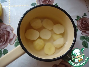 For the filling, you must peel the potatoes, boil, add salt is not necessary, because the gas station, which later mixed with puree, salt.