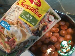 Добавляем все содержимое пакета. Еще один плюс заправки в том, если запасы маринованных огурцов кончились за зиму, а в магазин идти некогда, достаем заправку из холодильника и все!
