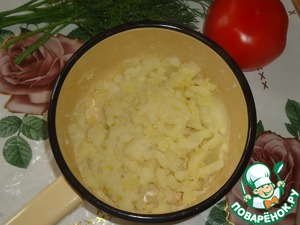 Boiled potatoes to mash, add butter and egg.