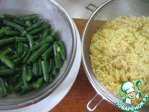 Orzo pasta boil in salted water. Cooked according to instructions on the pack about 5 minutes, the main thing is not to digest. Drain in a colander to drain the liquid (the water in which the pasta was cooked, not to pour out, to leave 0.5 cups).   Green beans also boil until tender in salted water (5-6 minutes after boiling), drain in a colander and immediately drop into ice water to preserve color.