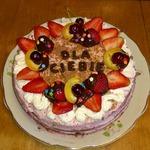 Шоколадный торт с мармеладом и сливками