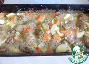 Mix well. Form for baking grease with vegetable oil and pour the prepared mass from the liver.