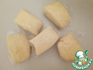 4. Divide the dough into 5 equal parts and wrap them in plastic wrap. Send in the freezer.