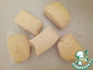 4. Разделите тесто на 5 равных частей и замотайте их в пищевую плёнку. Отправьте в морозильную камеру.