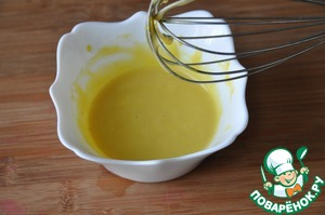 Whisk the sauce into a homogeneous emulsion with a whisk.
