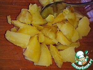 Картофель немного остудить и нарезать дольками. Залить тыквенным и оливковым маслом, поперчить и перемешать.