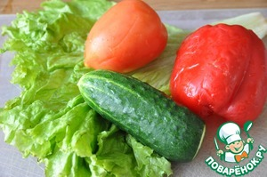 From the conventional set of vegetables cooking salad.  Take the cucumber, tomato, bell pepper and lettuce, all my, dry paper towel.  Lettuce tear or cut. Vegetables cut into cubes or slices.