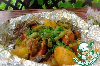 Рецепт: Картофель с сардельками и фасолью в фольге