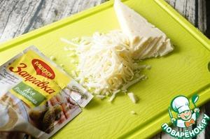 Сыр натереть на крупной терке. Небольшую часть оставить для посыпки готовых багетов.