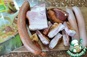 Мясной набор : молочные сосиски, охотничьи колбаски, копченые свиные ребра, бекон варено-копченый и грудинка холодного копчения. Чем разнообразнее - тем вкуснее.