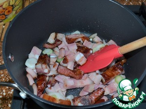 1 tbsp vegetable oil lightly fry the bacon, ribs, brisket.  Add the sliced onions.