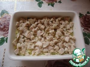 2-ым слоем выложить отварное нарезанное куриное филе.