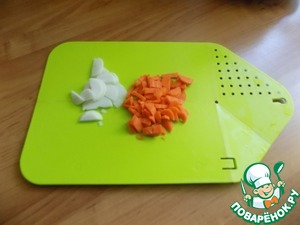 Prepare the vegetables. We only need onions and carrots. Cut the onion half-rings, carrots-small cubes.