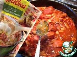 """Влить приготовленный соус, чесночный порошок, добавить заправку """"Магги Заправка для Рассольника"""", перемешать, при необходимости посолить и готовить 5 минут."""