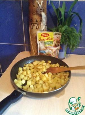 Нарезаем картофель и обжариваем до корочки.