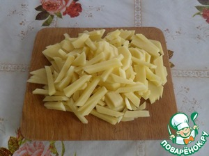 Нарезаем соломкой картофель.
