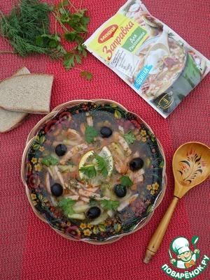 Подаем суп, добавив в тарелки маслины, ломтики лимона и зелень.