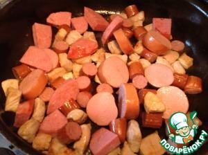 В сотейнике разогреть 2 ст. л. кукурузного масла и обжарить свинину со всех сторон, примерно 6-7 минут. Добавить колбасные изделия и готовить, помешивая, 5 минут.