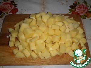 Пока жарится мясо, нарезаем кубиком картофель.