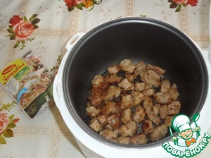 Sauteed meat with onions put in a bowl multivarki.