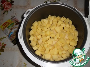 Добавляем нарезанный картофель.