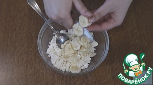 For the filling, mix well all the ingredients (banana cut into small pieces).