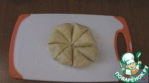 Take the dough from the refrigerator and cut into 8 parts. Each part roll into a ball