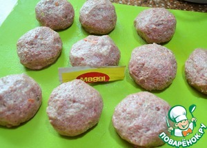 Divide the meat into 10 pieces, 80 g..  Wet hands formed into patties and lay them on dampened surface.