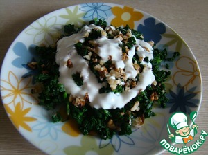 Sprinkle with finely chopped walnuts (leave a little for decoration), season with sour cream.