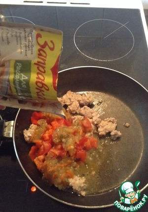 Fry mince, add chopped tomato, bell pepper and Maggi dressing for the pickle. Stew until ready.