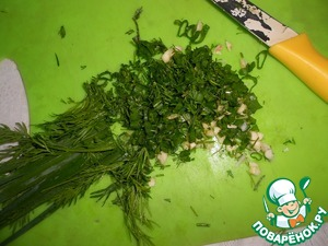 The greens are very chopped. Crush, peel the garlic, finely chop.