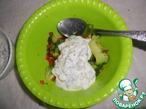 Mix, pepper, broccoli and raisins. Pour the cream, pepper, salt to taste, sprinkle with sesame seeds.