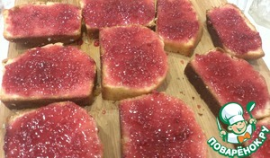 Sponge cake cut into thick 1-2cm, and one side generously grease impregnation. Leave for 20 minutes, so that the whole biscuit is well soaked.