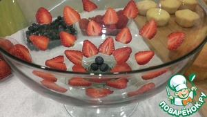I made my dessert in a large transparent vase on the leg. However, you can use different shape and capacity. The decoration also depends solely on your imagination. You can even bottom not to decorate, you still get very beautiful. All the berries, I washed, dried. Part of the cut strawberry for decoration, the rest cut into quarters.