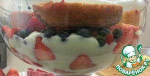 Begin to build the trifle: layers spread a little custard, then cake, top with berries and cream again. So I did 2 times, the cream should fill all available space.