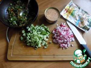 Finely chop the vegetables: cucumber and radishes. Trout, I took to hash chopped for salads. Send in a bowl.