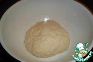 Measure out the oil. Pouring a little on hand, knead the dough by hand. From left to right. As soon as he felt that sticks to your fingers add more oil. And so, while not