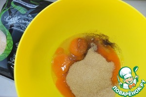 Желтки, ванильный сахар и сахар тростниковый Мистраль взбиваем до увеличения в объеме и растворения сахара.   У меня ванильный сахар с натуральной ванилью, поэтому темные крапинки.