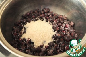 Black currants I took the frozen, pour into a saucepan, add two tablespoons of cane sugar Mistral. Stir and bring to a boil.  Remove from heat, let cool and Porirua blender. If no blender, wipe through a sieve.
