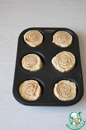 Для выпечки я использовала формочки для кексов. Поместите туда рулетики, предварительно смазав формочки маслом.    Оставьте булочки для подъема на 45-60 минут