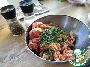 Добавляем мелко нарезанную петрушку, соль и перец. Перемешиваем в однородную массу.